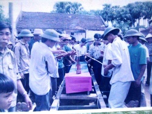 Dân làng tổ chức đám tang cho thầy đồ Phạm Công Minh (còn gọi là Được) Ảnh: tư liệu