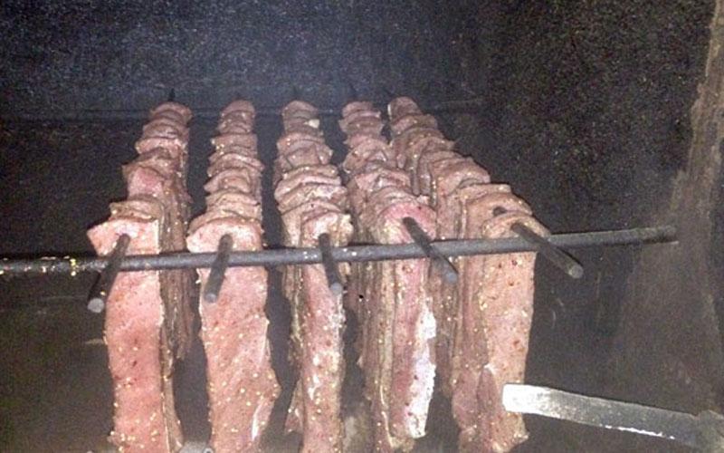 Những chiếc xiên thịt treo lủng lẳng trên gác bếp mộc mạc