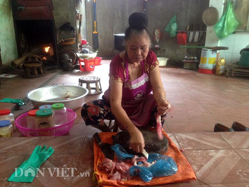 Bà Xuân (trong bài) đang kiểm tra lại thịt trâu tươi để ướp gia vị