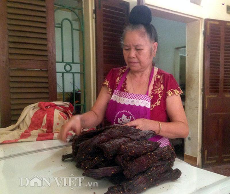 Bà Tòng Thị Xuân đang chuẩn bị đóng gói thịt trâu khô