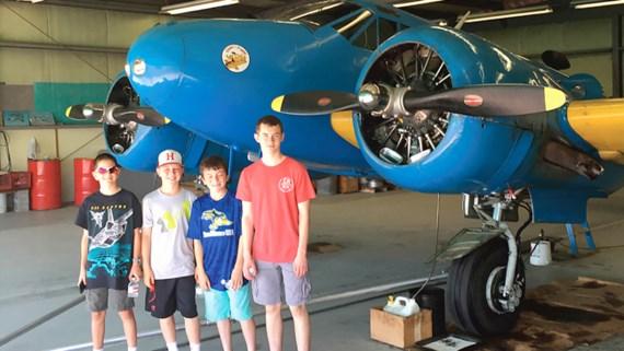 Học sinh tham quan, tìm hiểu lý thuyết cơ bản ngành hàng không khi tham gia Trại hè khoa học tại Mỹ.