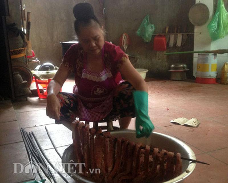 Thịt trâu muốn ngon và lạ mắt thì phải dùng que tre để xiên thịt treo lên gác bếp