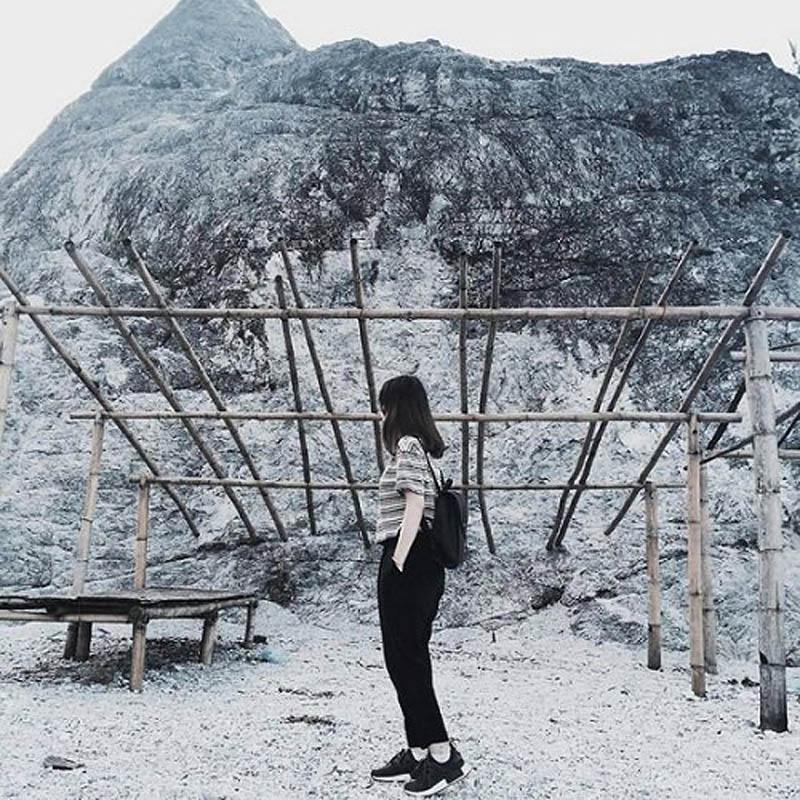 Ở độ cao hơn 1.000m so với mực nước biển, đứng trên đèo Đá Trắng có thể phóng tầm mắt ngắm toàn cảnh Mai Châu từ trên cao. Ảnh: huyenhuyenn69