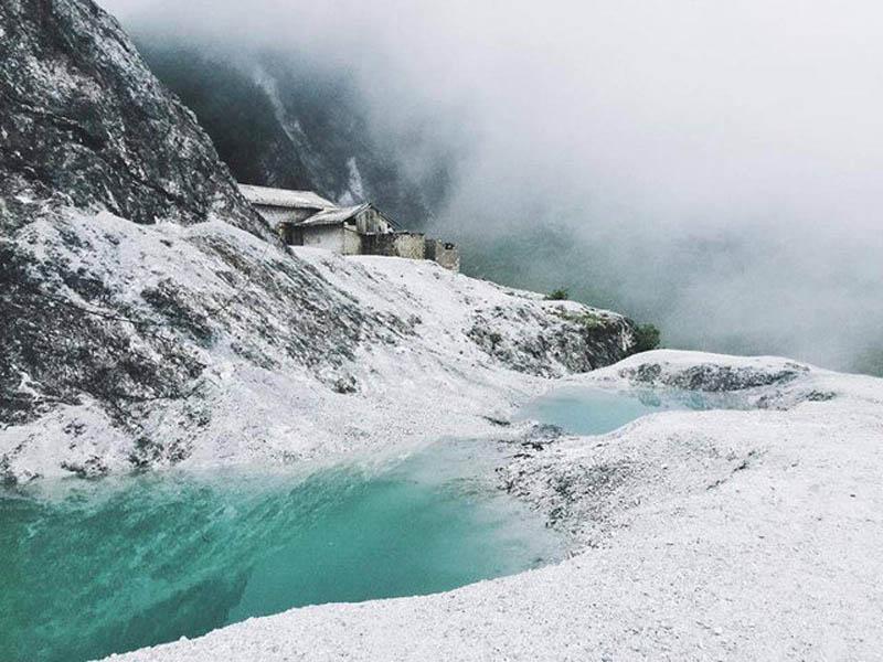 Cảnh đẹp độc đáo, ấn tượng của đèo Đá Trắng thu hút đông những người yêu thích du lịch, khám phá. Ảnh: FB
