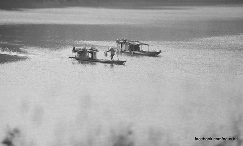 Những con thuyền lững lờ trôi trên mặt nước