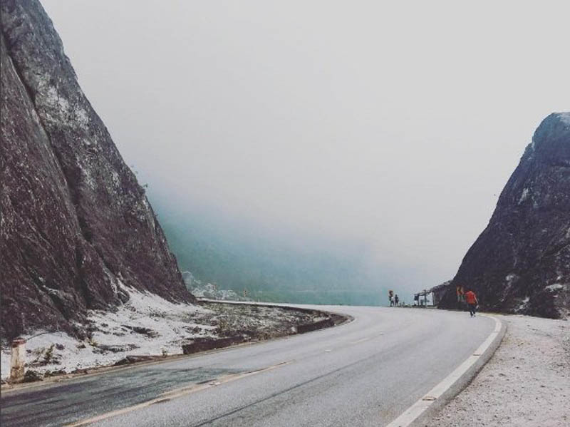 Ở độ cao hơn 1.000m so với mực nước biển, đứng trên đèo Đá Trắng có thể phóng tầm mắt ngắm toàn cảnh Mai Châu từ trên cao. Ảnh: phuong.phuong226