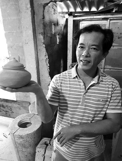 Nghệ nhân Lương Thanh Hiền, người hiếm hoi bám trụ lại với nghề gốm ở làng cổ Phước Tích giữa cuộc sống khó khăn thường ngày