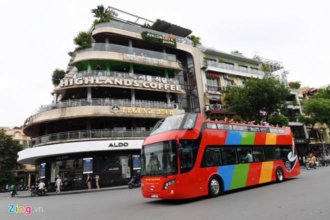 Một chiếc xe buýt 2 tầng chạy thử nghiệm vào giữa năm 2017 ở Hà Nội. Ảnh: Tiến Tuấn.