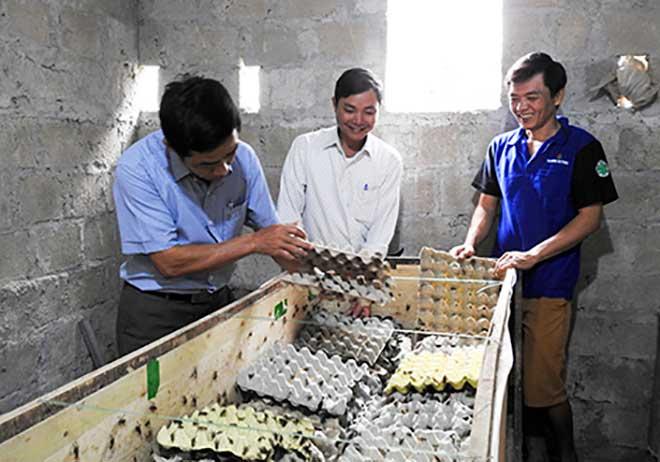 Lê Thành Trung (phải) hoàn lương, làm lại cuộc đời bằng khối óc và đôi bàn tay lao động chân chính của mình.