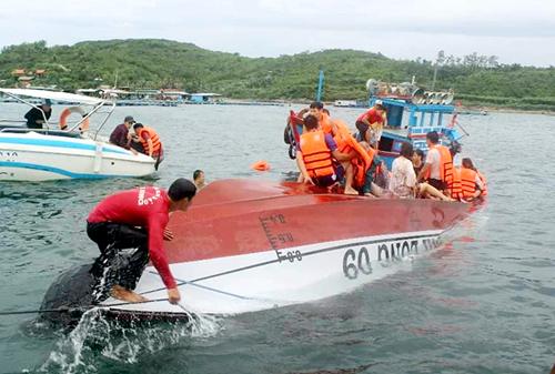 Ca nô chở nhóm khách Trung Quốc tham quan du lịch vịnh Nha Trang lật úp trên biển, chiều 26.12. (Ảnh: Thuỷ Nguyễn).
