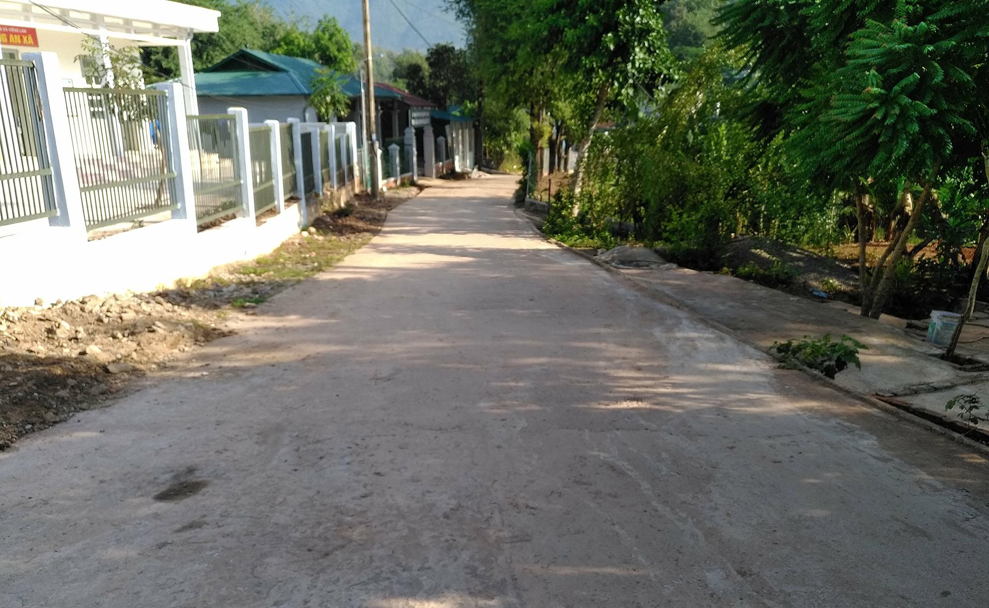 Đường giao thông bản Mường Vạt từng lầy lội khó đi, nay đã được bê tông hóa, đảm bảo đi lại thuận tiện 4 mùa.