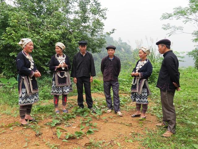 Đứng theo hình chữ V là cách đứng để hát Páo dung giao duyên của đồng bào dân tộc Dao.