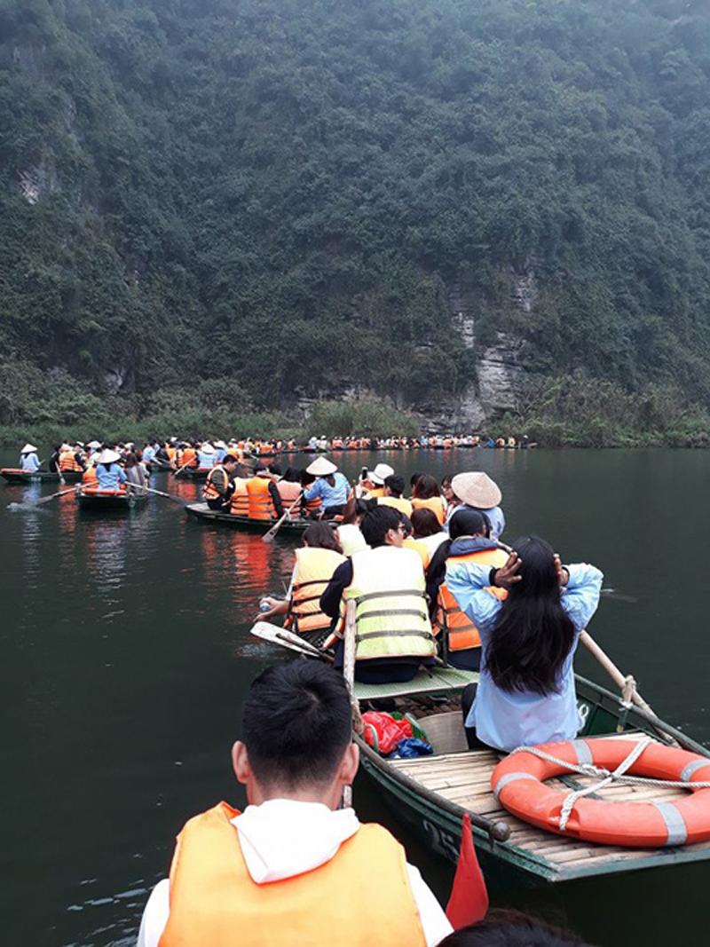 Nhiều đoạn qua hang thuyền nối đuôi nhau chờ đến lượt đi qua. Ảnh: Trần Tú Linh.