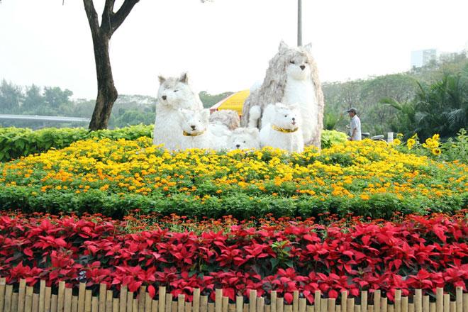"""Hình ảnh linh vật của năm Mậu Tuất 2018 được dựng tại khu vực cổng của Hội hoa xuân ở """"khu nhà giàu"""""""