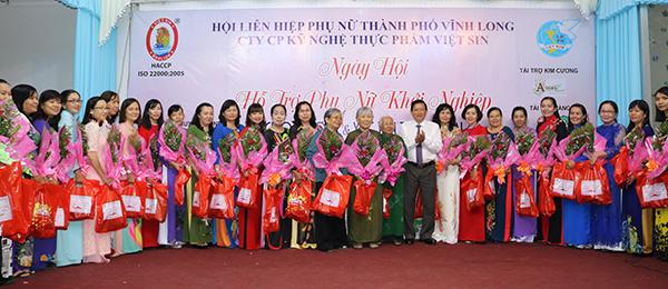 Trao hoa cho Ban chấp hành Hội liên hiệp Phụ nữ thành phố Vĩnh Long qua các thời kỳ nhân ngày Hội khởi nghiệp.