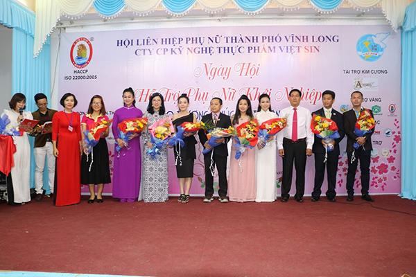 Hội liên hiệp phụ nữ thành phố Vĩnh Long trao hoa cho các doanh nghiệp TPHCM phối kết hợp trong ngày Hội khởi nghiệp của phụ nữ TP Vĩnh Long.