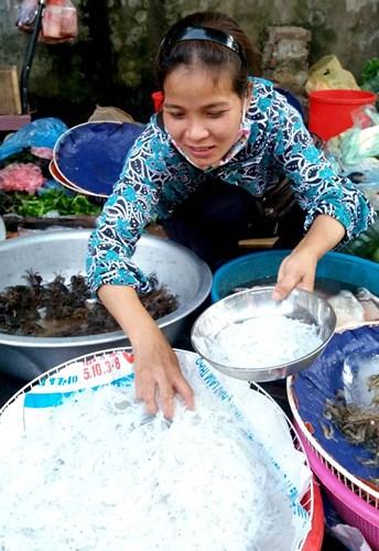Vị ngọt, thơm và mềm của cá dễ dàng mê hoặc bất kì ai lần đầu thưởng thức. Lạ ở chỗ, những con cá tuy bé và không xương nhưng lúc được nấu chín thì lại rất dai mà không hề nhũn nát. Do vậy, không chỉ người lớn mà trẻ con cũng rất thích loại cá này. (Ảnh: báo Hòa Bình)