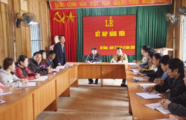 Buổi lễ kết nạp đảng viên mới tại xã Nà Khoa, huyện Nậm Pồ.