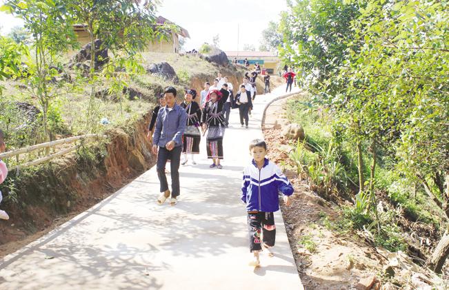 Học sinh Sìn Hồ được đi học trên những con đường mới.