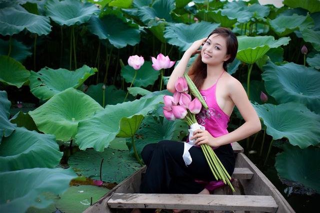 Đầm sen có diện tích khá rộng thỏa sức cho bạn sáng tạo những bức ảnh đẹp. Ảnh: Facebook Vườn sen Bát Tràng