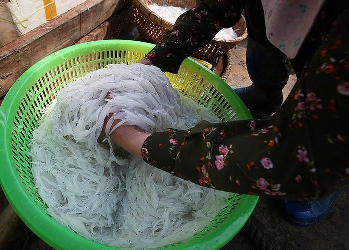 Cá ngần hay còn gọi là cá thủy tinh, được ví là đặc sản cá hiếm sông Đà đang thu hút những người sành ăn đất Hà thành. (Ảnh Đầu tư bất động sản)