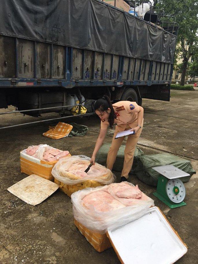 Một phần nhỏ trong tổng số 2,5 tấn thịt và bì lợn thối bị thu giữ.