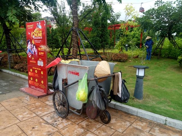Nhân viên vệ sinh môi trường tích cực quét rác làm sạch vườn hoa, thảm cỏ tại Sun World Halong Complex.
