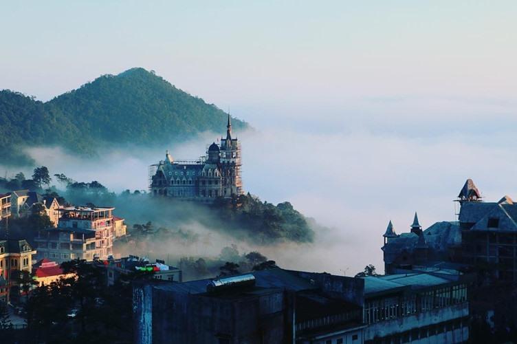 Đang trong quá trình thi công nhưng nhiều du khách đến Tam Đảo (tỉnh Vĩnh Phúc) vẫn không khỏi choáng ngợp trước tòa lâu đài cheo leo trên đỉnh núi với vẻ đẹp siêu cổ điển. Ảnh sưu tầm