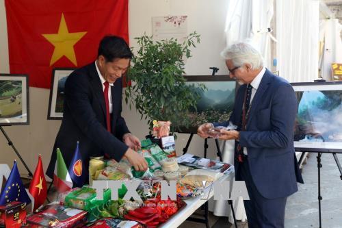Giới thiệu ớt và các mặt hàng nông sản của Việt Nam tại hội chợ. Ảnh: Ngự Bình/Pv TTXVN tại Italy
