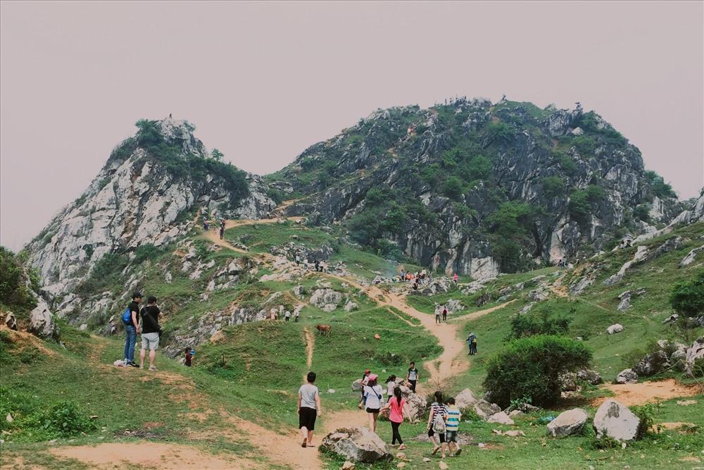 Núi Trầm thuộc xã Phụng Châu, huyện Chương Mỹ. Cách trung tâm Hà Nội khoảng 30 km. Ảnh sưu tầm.