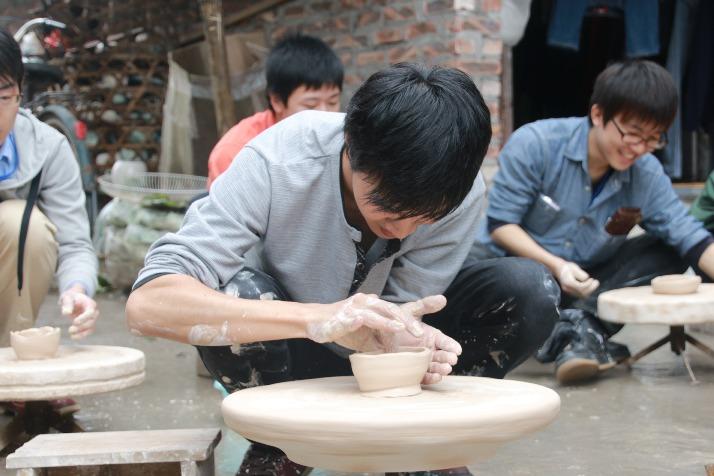 Điều thú vị nhất tạo được ấn tượng với du khách là được tự tay làm đồ gốm trong các cửa hàng. Ảnh sưu tầm
