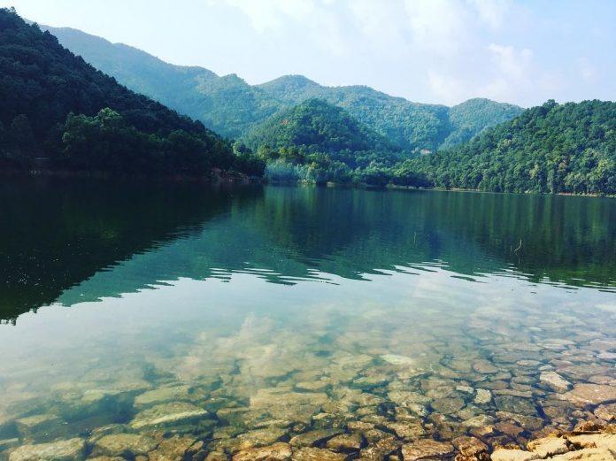 """Núi Hàm Lợn Nơi được mệnh danh là """"nóc nhà của Thủ đô"""" với độ cao là 462m. Dưới chân núi Hàm Lợn có hồ Núi Bàu rất rộng, nước trong, sạch."""