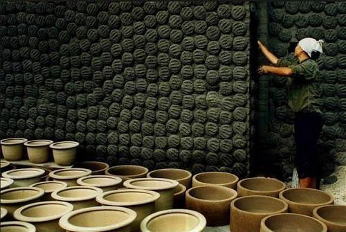 Bát Tràng là điểm đến không hề xa lạ đối với các bạn trẻ ưa thích nét văn hóa truyền thống của làng nghề gốm sứ Việt Nam. Ảnh sưu tầm