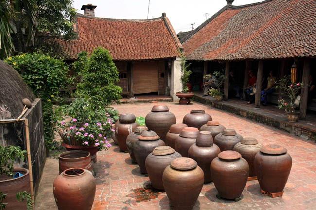 Đến với Đường Lâm, du khách như lạc vào ngôi làng Bắc Bộ trước đây với những ngôi nhà mái đỏ rêu phong, những bức tường đá ong độc đáo, với cây đa, giếng nước, mái đình… Ảnh sưu tầm