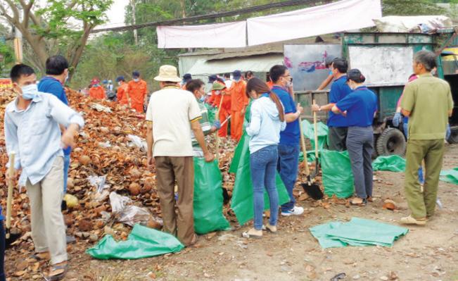 Các đoàn thể xã Vĩnh Lộc A (Bình Chánh, TP.HCM) ra quân tổng vệ sinh môi trường trên địa bàn.