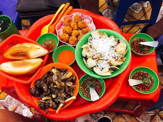 Ốc nóng được xếp vào danh sách những món ăn vặt yêu thích trong mùa thu Hà Nội. Ảnh: NGỌC RÙA