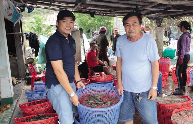 Ông Lê Quang Toàn (phải) làm giàu nhờ nuôi tôm. Ảnh: CT.