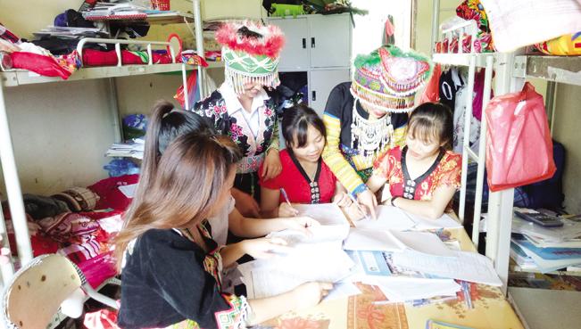 Học sinh vùng cao tìm hiểu những lợi ích khi tham gia BHYT.