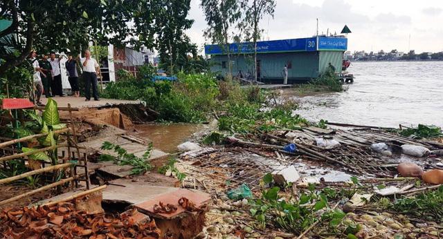 Vụ sạt lở nghiêm trọng đã buộc chính quyền địa phương di dời khẩn cấp 11 hộ dân với 44 nhân khẩu đến nơi ở an toàn.