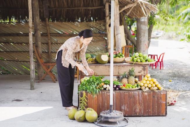 Dương Cẩm Lynh vào vai cô gái bán trái cây.