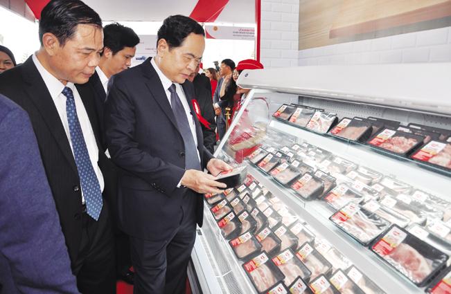 Bộ trưởng Bộ NN&PTNT Nguyễn Xuân Cường (trái) cùng các đại biểu T.Ư và địa phương thăm quan gian hàng trưng bày giới thiệu sản phẩm thịt mát Meat Hà Nam.