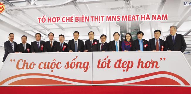 Đại diện các Bộ, ngành T.Ư và địa phương bấm nút chính thức đưa vào vận hành Tổ hợp chế biến thịt MNS Meat Hà Nam.