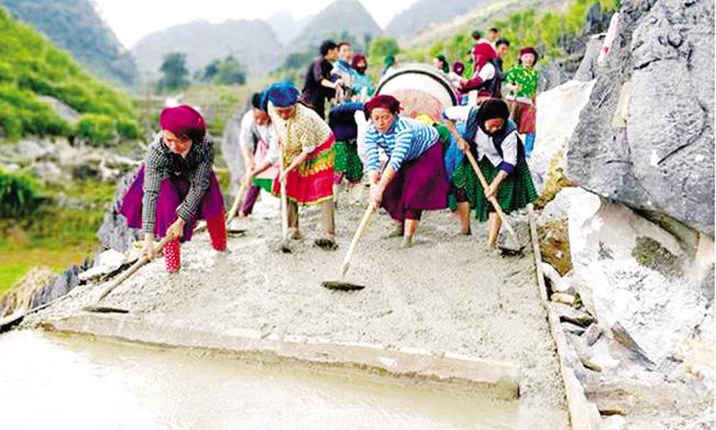 Nhờ thực hiện tốt phương châm Nhà nước và nhân dân cùng làm nhiều tuyến đường liên thôn  trong xã Sủng Trái được mở mới.