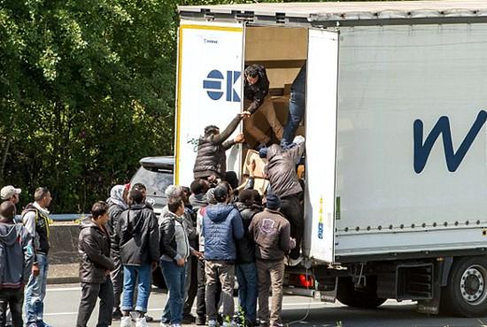 Từ vụ 39 người chết trong container: Nước Anh là miền đất hứa - Ảnh 1.