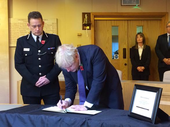 Vụ 39 thi thể trong container: Thủ tướng Anh đến tận nơi chia buồn - Ảnh 1.