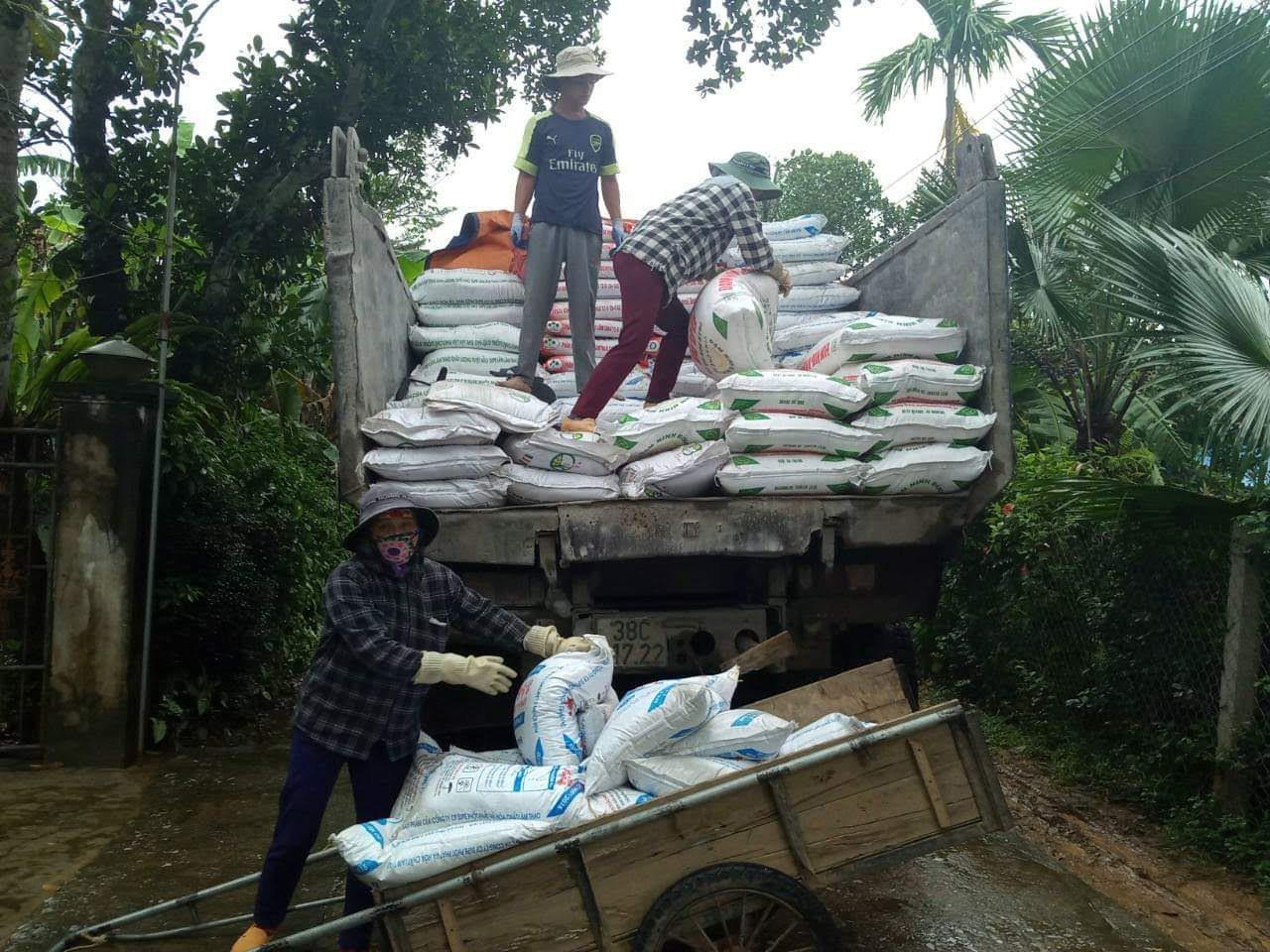 Hỗ trợ nông dân Hà Tĩnh mua hơn 3.500 tấn phân Lâm Thao chậm trả - Ảnh 2.