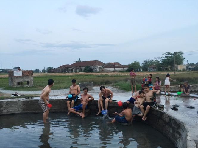 Nơi ấy cả sớm lẫn chiều, cả mùa hè lẫn mùa đông dân làng đều đến tắm chữa bệnh, thư giãn. Ảnh: Nguyễn Ngọc