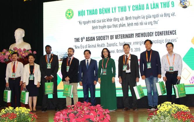 Thứ trưởng Lê Quốc Doanh chụp ảnh cùng các nhà khoa học tại hội thảo.