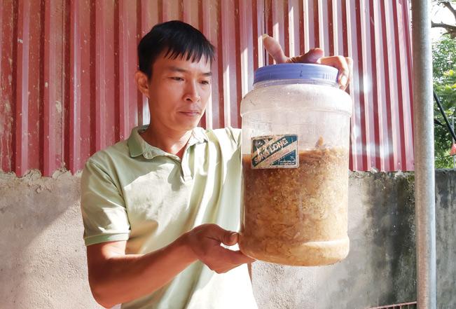 Sản phẩm thuốc trừ sâu sinh học diệt trừ sâu, bệnh cho chè do anh Thắng tự chế.