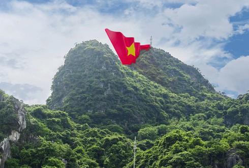 Mô phỏng công trình lá cờ đỏ sao vàng đặt trên đỉnh núi Bài Thơ.